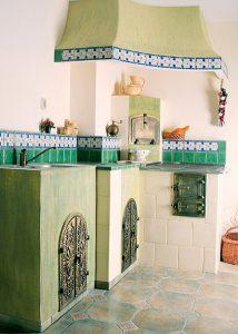 Piec kaflowy w kuchni